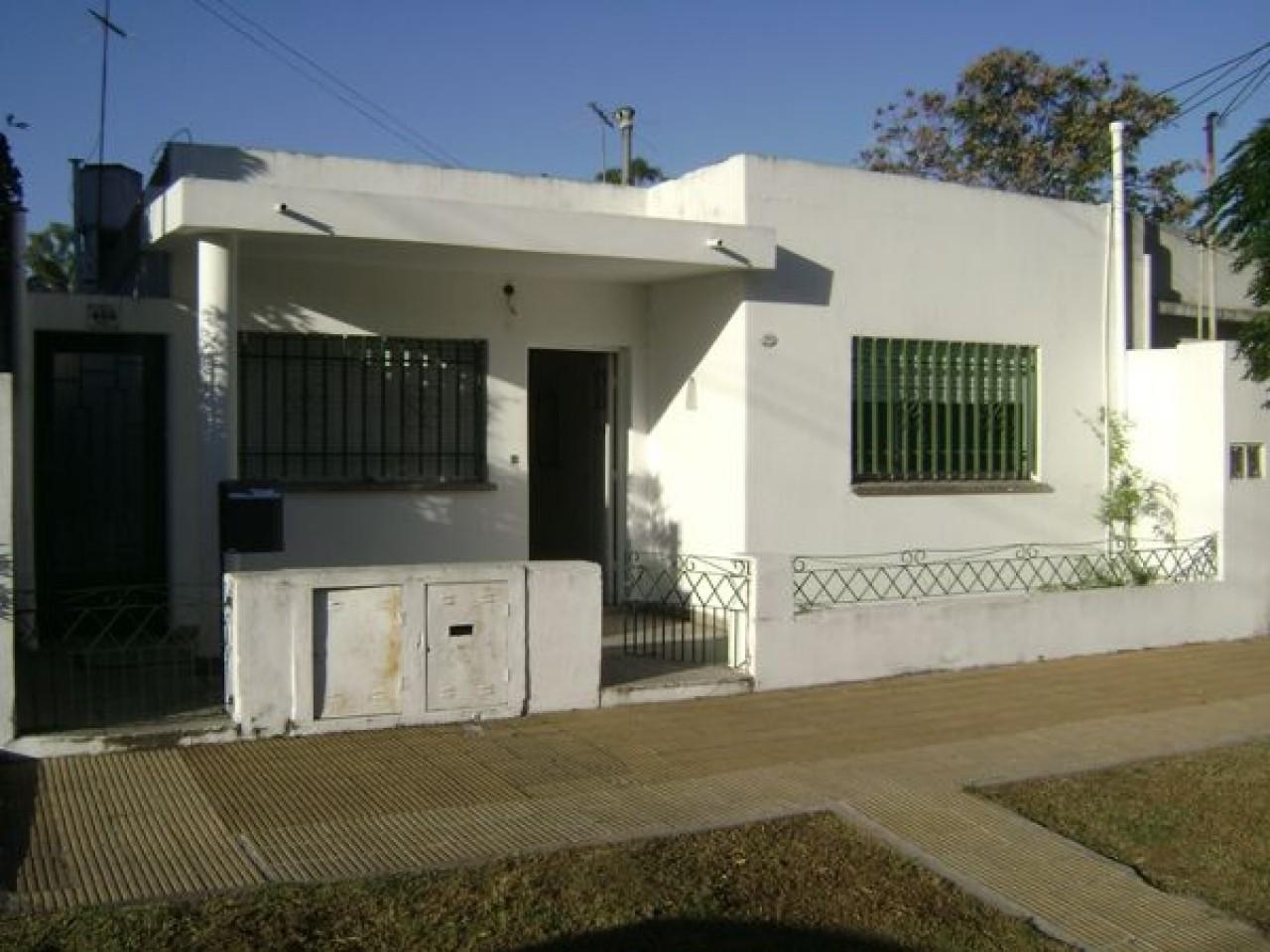 Casa tipo PH  3 Ambientes al frente, patio de 70 m2 aprox-ANDRADE 600, BELLA VISTA.