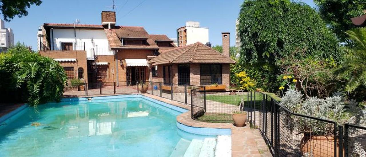 Magnifico Chalet 6 ambientes , Inmejorable ubicacion centrica, Piscina,Quincho 700 m2 lote.
